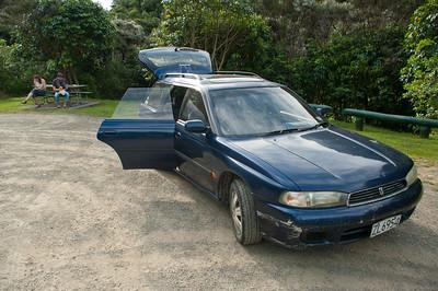 Náš nový nerozlučný druh - Subaru, které Anča pojmenovala Agáta, podle SPS na jednom luxusním Ferrari, které jsme viděli v Aucklandu :-)