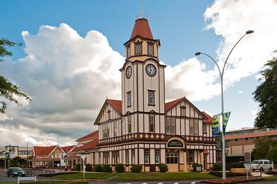Rotorua - město, kolem nějž i přímo v němž se koncentrují geotermální aktivity Nového Zélandu.