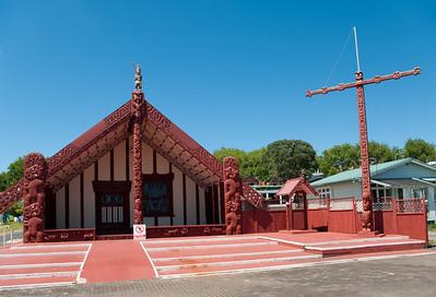 """Při jezeru stojí i maorský """"skanzen"""" Ohinemutu - zrekonstruovaná a vypucovaná původní vesnička."""