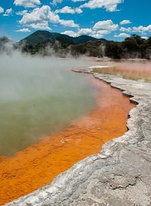 Břehy jezírka Champagne Pool. Tohle je patrně jeden z nejfotografovanějších pohledů na Zélandu. Je snad v každém průvodci či mapě. A není divu :-)