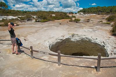 Konečně jsme v parku Wai-o-tapu: nejúžasnější přehlídce geoterm. umění na už tak dost aktivním Zélandu. Tady prý bydlí sám Ďábel!
