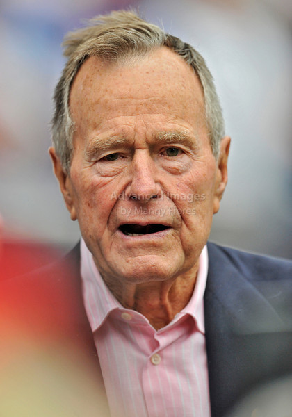 10 Oct 2010:  <br /> Ex-President George H. Bush Sr. was honored before the game between the New York Giants and the Houston Texans at Reliant Stadium in Houston Texas.<br /> Giants win 34-10