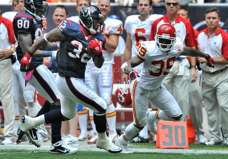 Oct 17 2010:  <br /> Houston Texans running back Derrick Ward #32 runs by Kansas City Chiefs cornerback Brandon Carr #39 for a touchdown<br /> in a game between Kansas City Chiefs and the Houston Texans at Reliant Stadium in Houston, Texas.<br /> Houston wins 35-31<br /> (Credit Image: © Manny Flores/Cal Sport Media)