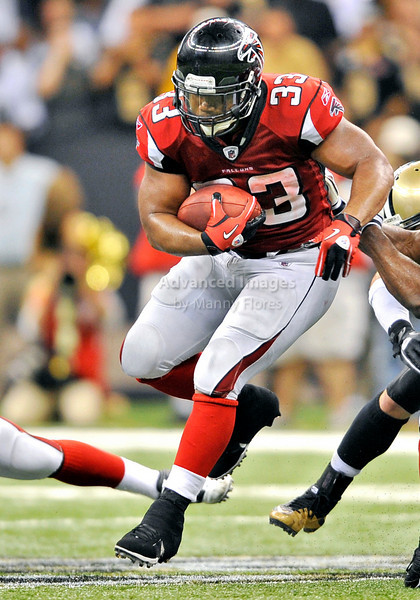 Sept 26 2010:  <br /> Atlanta Falcons running back Michael Turner #33 bulls runs outside in a game between Atlanta Falcons vs New Orleans Saints at the Superdome in New Orleans, LA. <br /> Atlanta Falcons win in overtime 27-24<br /> (Credit Image: © Manny Flores/Cal Sport Media)