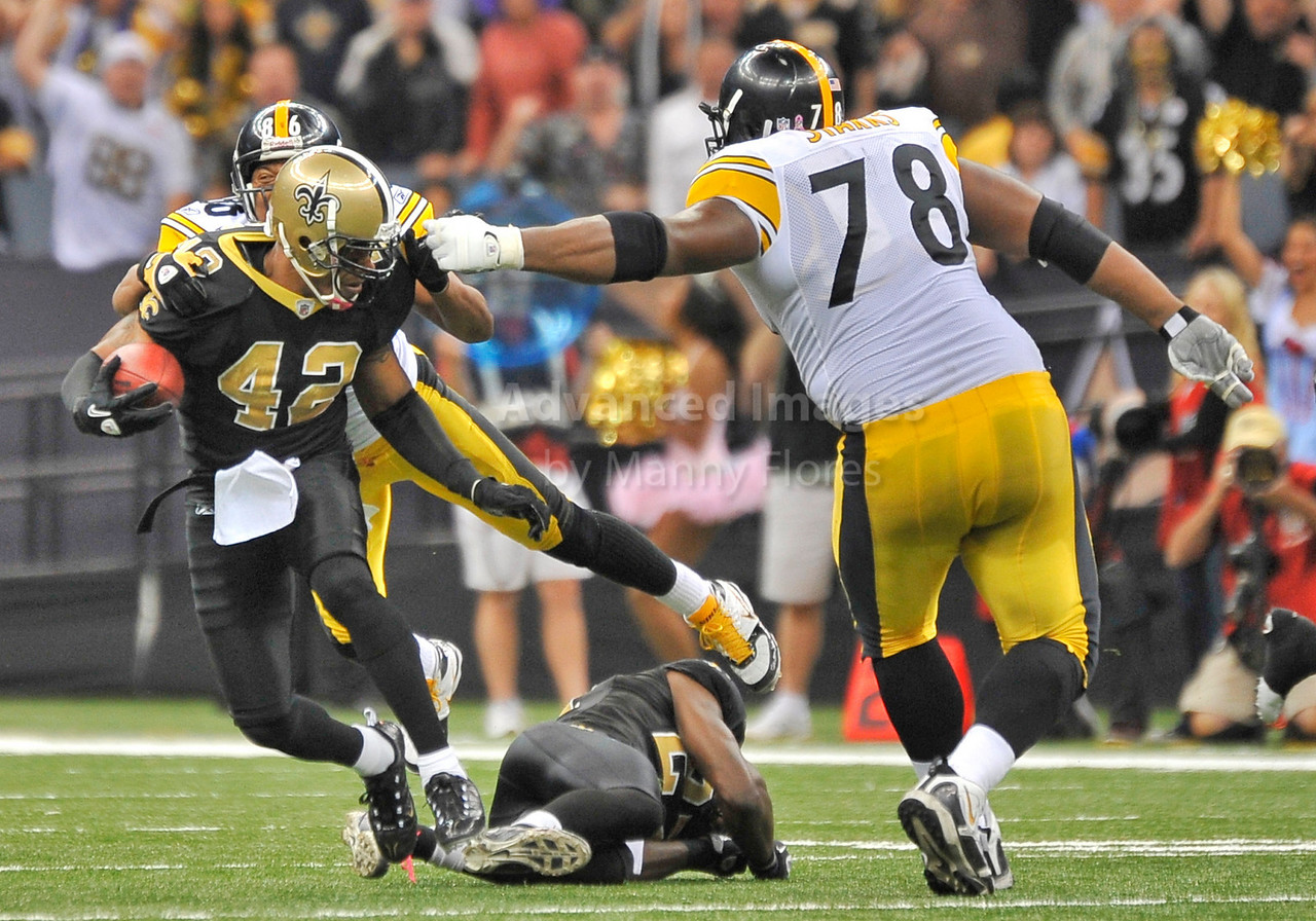 OCT 31 2010:  <br /> New Orleans Saints safety Darren Sharper #42 picks up a loose fumble to seal a victory as he is tackled by Pittsburgh Steelers offensive tackle Max Starks #78 in a game between Pittsburgh Steelers and New Orleans Saints at the Louisiana Superdome Stadium in New Orleans, LA.<br />  Saints win 20-10<br /> (Credit Image: © Manny Flores/Cal Sport Media)