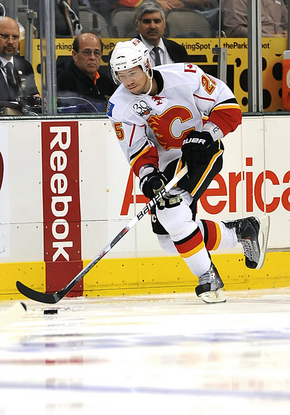 November 4th, 2009:  <br /> Calgary Flames right wing David Moss (25)<br /> in action during a game between the Calgary Flames and the Dallas Stars at the AAC in Dallas, Texas.  <br /> Calgary beats Dallas in OT 3-2