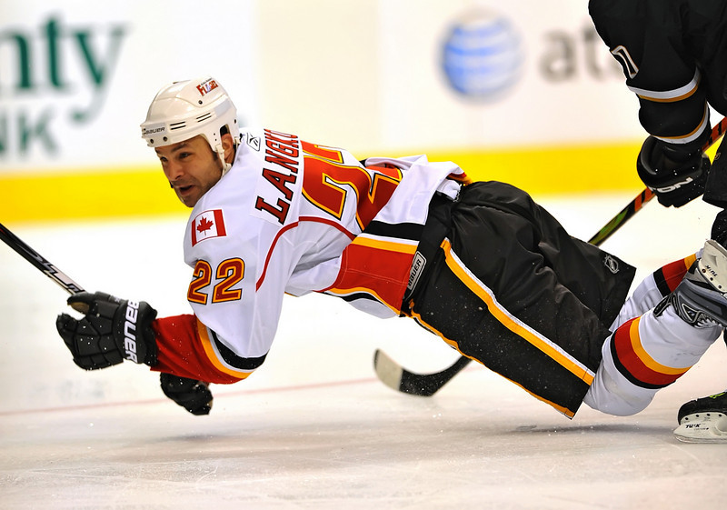 November 4th, 2009:  <br /> Calgary Flames center Daymond Langkow (22) trys to control the puck<br /> during a game between the Calgary Flames and the Dallas Stars at the AAC in Dallas, Texas.  Calgary beats Dallas in OT 3-2