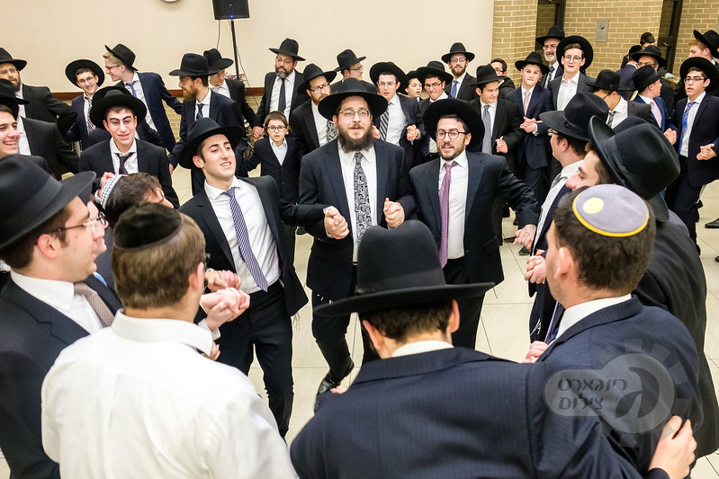 The Data Dallas Kollel, who were in Baltimore for Shabbos for a Yarchei Kallah in Yeshiva, joined the celebration