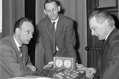 links drs. P. Roozenburg midden staande W. de Jong en rechts Van de Sluis