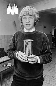 Ton Sijbrands damkampioen van Nederland, hier met beker te Apeldoorn