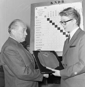 Rudi Palmer (17 jaar) ontvangt de eerste prijs van de heer C. J. Blokland