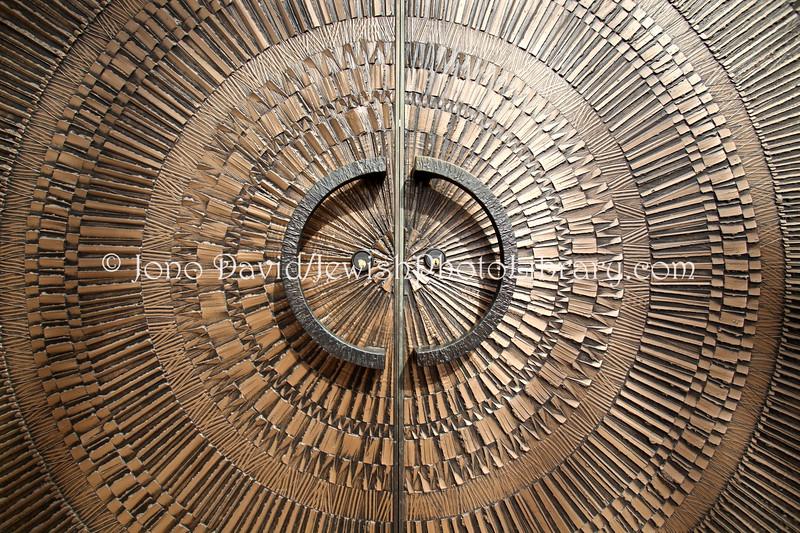 US 2391  Detail, main doors