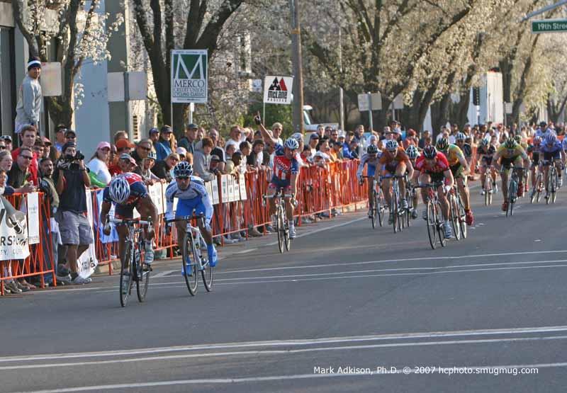 1703 Henk Vogels celebrates as Ivan Dominguez sprints out for the line
