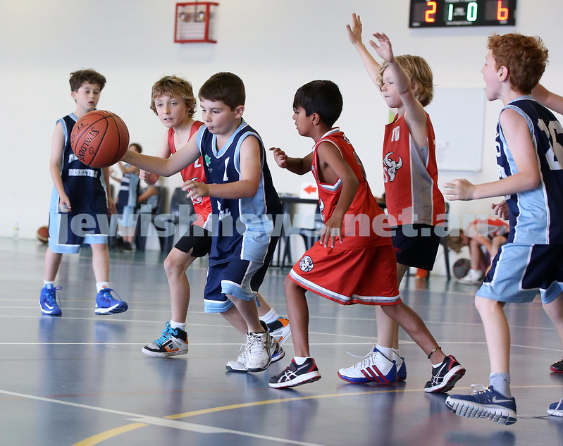 Maccabi Jets under 10 boys basketball team defeated  the Bronte Bulls 18-12 at Waverley. Noah Aizenstros with the ball.