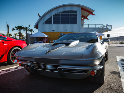 Apparently this is not a 1963 Corvette but a new model with the split window style body
