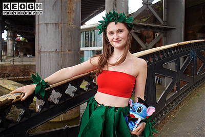 NW Cosplay Summer Meet 2016, Cosplay, Cosplayer, Female, Animation, Cartoon, Walt Disney, Cartoon, Film, Video Game, Girl, Boob Tube, Top, Dress, Leaves, Bracelet, Head Dress, Head Band, Ankle Bracelet, Teddy Bear, Plush Teddy, Plush Toy, Stitch, Lilo & Stitch, Lilo Pelekai, Red, Green, Blue, Black, White, Trees, Flowers, Grass, Canal Bridge, Pillars, Steel