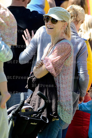 Naomi Watts, Liev Schreiber and their kids, Sasha and Sammy took some time together on the Farmer's Market in Brentwood, California.