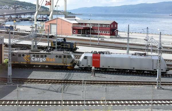 CargoNet 16 2202 & RailPool 185 699-7, Narvik, 23 July 2015.  CargoNet 226 12 is beyond.  220 184 was also present.