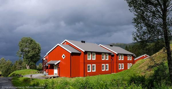 Sildretunet, bolig for studenter og ex OL-landsby er nå nymalt i solgløtt mot en tung himmel. Foto 19. juli 2021.