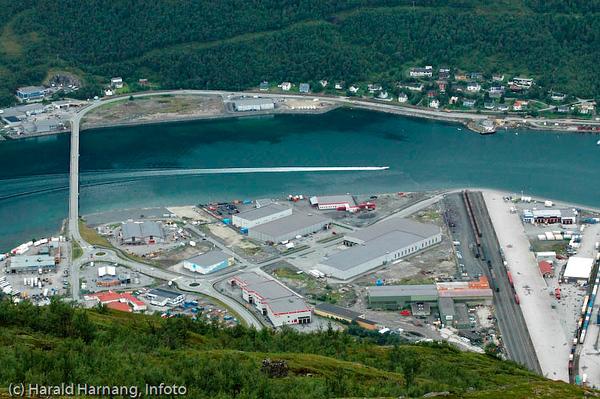 Fagernesterminalen med Beisfjordbrua. Indre del av Ankenesstrand på den andre siden av fjorden. Ytre del av dette området er kunstig utbygget gjennom flere år, og dette har gitt plass til mye næringsliv bl.a. innen engros.