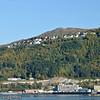 Narvik havn sett fra Ankenes. Nederst Havnens Hus (der Hurtigruten har kontor). Øverst boligfeltet Skistua.