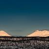 Måne over Veggfjellet.  31. okt 2011. Kl 0930. Sola er i ferd med å stå opp i sør, mens månen er på tur ned. 200 mm, 1/1250s, f:5,6, ISO200.