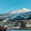 Bydelen Oskarsborg i Narvik, med rådhuset i forgrunnen og slalomtraseene godt synlige i Fagernesfjellet med fagernestoppen (ca 1000 moh). Tøttatoppen til venstre.