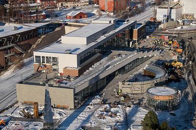 """Innspurt på bygging av """"det fjerde hjørnet"""" med bl.a. krigsminnemuseum. Skal være ferdig til påske 2016. Til venstre kjøpesenter Amfi. Oppe til høyre Narvik Rådhus under restaurering. Foto 22. februar 2016."""