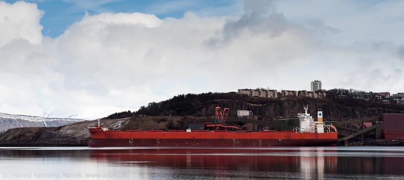 """Betydelige dimensjoner: Greskregistrert cargo """"Samjohn Vision"""". 300 m lang, 50 m bred. Ved kai 5 3. mai 2014."""