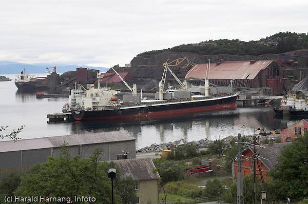 Lossing av Olivin? ved kai 3-4 (etter av lastesystememene var revet). Ved kai 5 lasting av malm. LKABs anlegg i Narvik