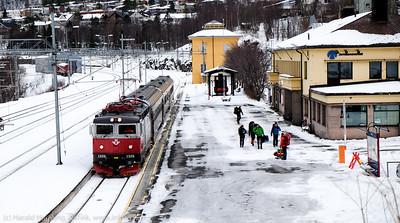 Ettermiddagstoget fra Sverige ankommet Narvik stasjon. Tre personvogner. Begrenset antall passasjerer. 27. mars 2015.