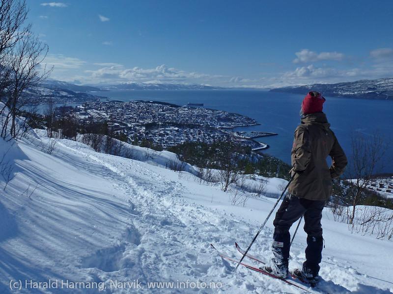 Skitur i Tøttadalen 14. april 2012. Nedtur, og Narvik og Ofotfjorden i bakgrunnen.