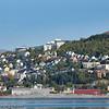 Høgskolen i Narvik i bakgrunnen, til venstre det tidligere post og politihuset. Nede til høyre det tidligere sjømannshjemmet. I forgrunnen havneutbygging.