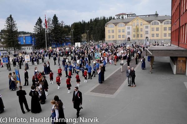 17. mai 2010, snart klar for avmarsj fra skolegården ved Villaveien skole (bak) og Tårnveien skole til høyre (rød).