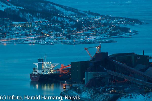20 desember 2010, iskaldt. Kai 5 på LKABs utskipningsanlegg med nesten fullskipet malmbåt. Bak sees deler av Ankenes med ABS som ruver til venstre.