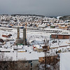 Narvik 6. mars 2011. Foto fra Høgskolen i Narvik. Panorama sammensatt av 11 bilder. Et snødekt Narvik med gløtt av sol. Snøbyger dekker fjellene på den andre siden av fjorden. Foto 6. mars 2011. Original jpg-fil er på 44 Mb og tåler svært stor forstørrelse.