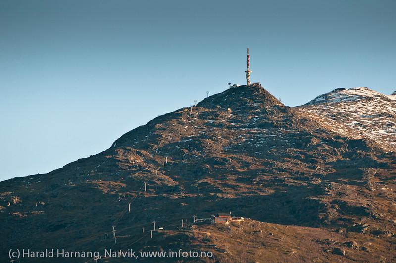 26.10.2011: Linken på toppen av Fagernesfjellet og fjellheisrestauranten nedenfor. Fotografert fra Ankenes båthavn.