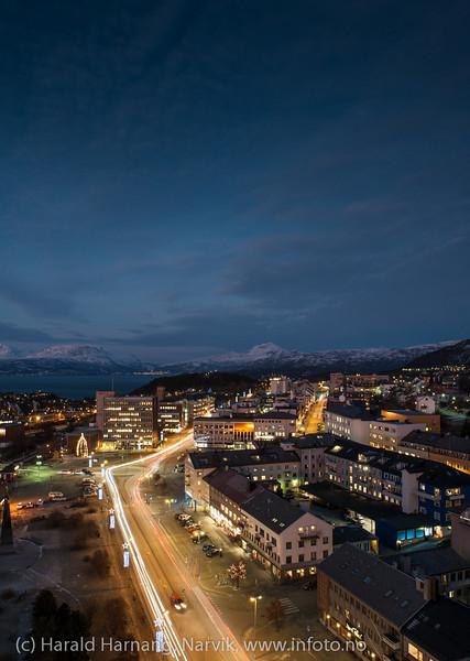Narvik torg med rådhuset. E6 gjennom byen. Narvik sentrum, mørketidsbilde, 19. desember 2012.fra Ricahotellet. 19. desember 2012.