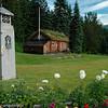 Narviks første posthus fra ca 1900. Til venstre en av tidligere Narvik El-verks trafokiosker, der selve trafoen sto under bakken mens servicepersonell klatret ned i stige fra slike trafo-hus. Plassert i Valhalla-parken ved utkjøring fra Narvik mot sør.