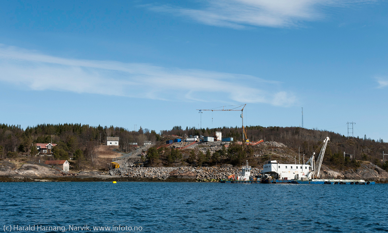 Hålogalandsbrua, nordlig feste, Øyjord. Foto fra sjøsiden. Skip: YANKEE V Norway U. Lengde x bredde: 26m x 12m. Foto 19. mai 2014.