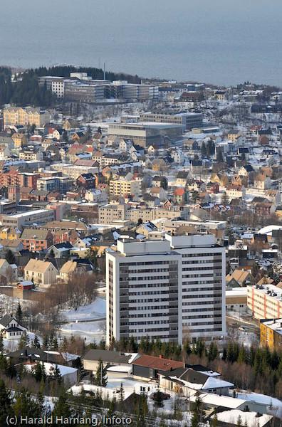 Deler av Narvik med høyblokkene Tøtta 1 og 2 i forgrunnen.