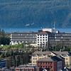 Widerøe inn for landing på Narvik flyplass. Sykehuset foran. 13. sept 2015.
