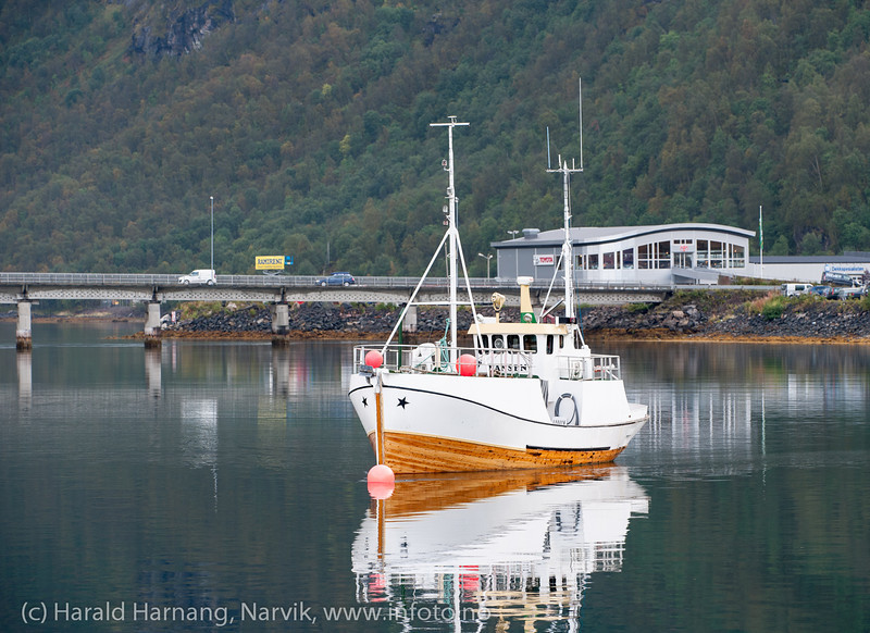 Fiskeskøyte, ankret opp utenfor Ankenes. I bakgrunn Beisfjordbrua og Toyota.
