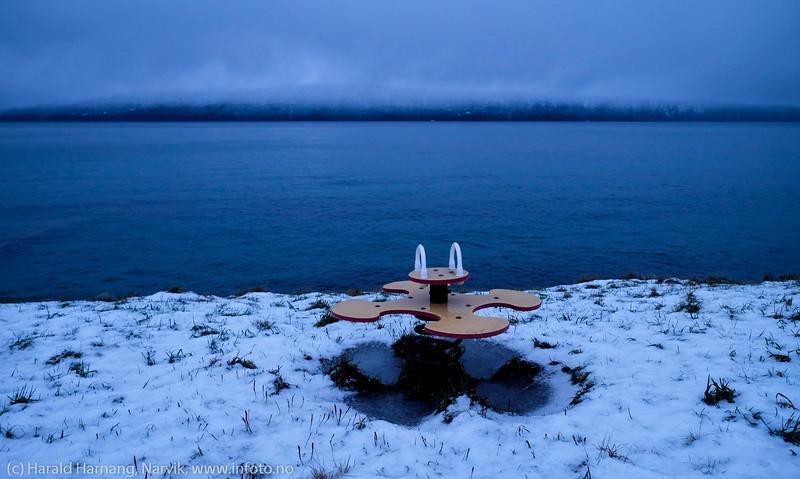Ornesvika badeplass, 7. desember 2014. Snø og mørketid, men om seks måneder er det fullt av folk her med grilling og bading...