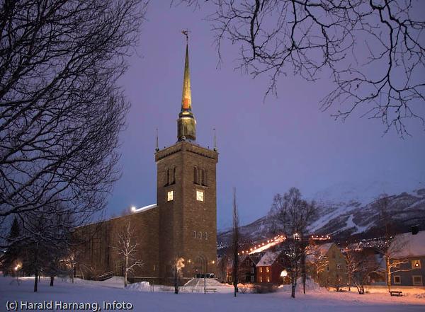 Narvik kirke med flombelysning