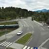 E6 ved innkomst til Narvik fra nord. Til venstre Gudbrandsons park med rallastatuen. Under brua passerer jernbanen. Til høyre ut av bildet Narvik stasjon. Foto fra Narvik Storsenter.