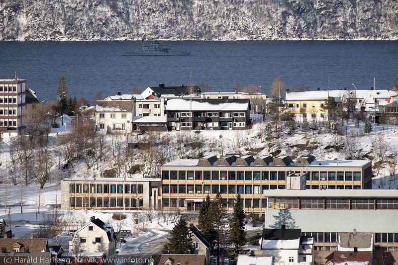 Frydenlund vgs, (gymnaset). Foran til høyre Idrettens Hus. Bak Kystvakten på tur ut fjorden.