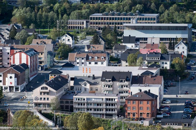 """""""Domus"""", pr 13 september 2015 Coop Extra. Her planlegges påbygget boligenheter i flere etasjer. Bak til høyre Idrettens Hus og bak sees Frydenlund Videregående skole, avd. allmennfag."""