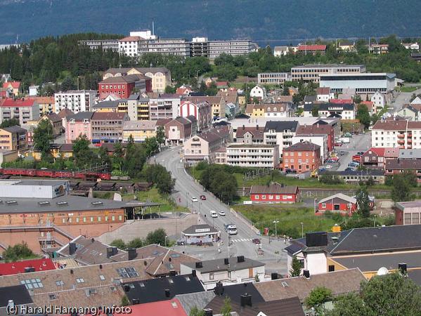 Narvik sentrum. Sykehuset bakerst. Rød og gul bygning til venstre er grunnskole. Lang blågrå bygning er Idrettens hus, og bak her er Frydenulnd vgs.