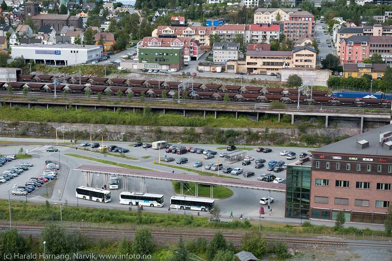 Rutebilstasjon ved Amfi. Bak tomme jernbanevogner på vei til Kiruna. Bakerst bydelen Frydenlund.